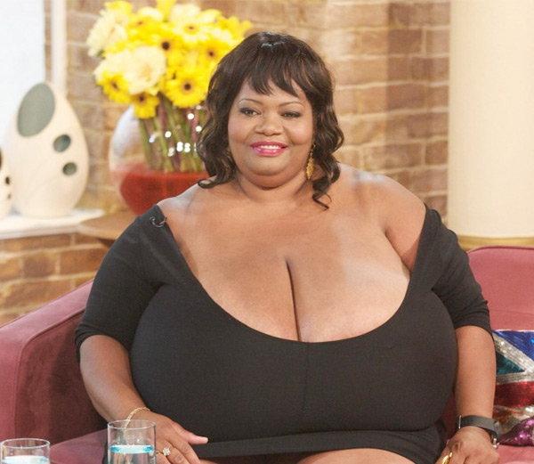 सबैभन्दा ठूलो स्तनः जर्जियाको एनी हकिंस